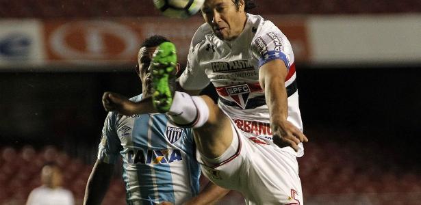 Lugano vai definir se permanece no São Paulo