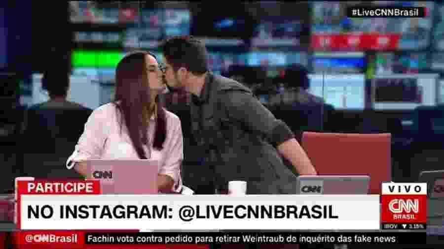 Os namorados Mari Palma e Phelipe Siani se beijam, no Live CNN Brasil (Reprodução) - Reprodução / Internet