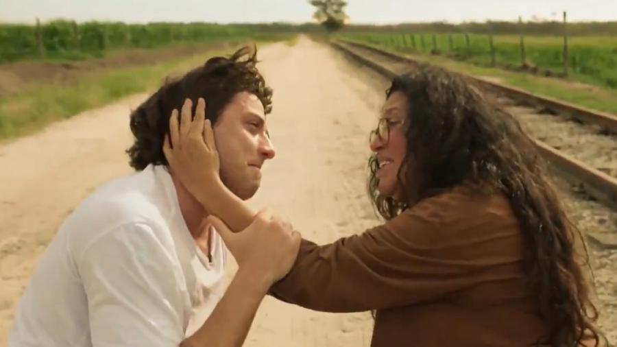 Lurdes (Regina Casé) conta para Danilo (Chay Suede) que ele é Domênico  - Reprodução / Internet