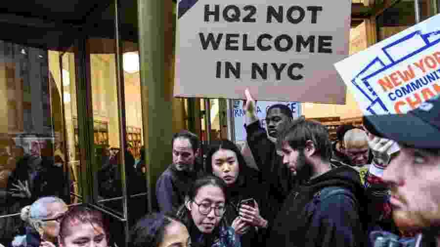 Pessoas protestam contra ampliação da sede da Amazon em Nova York - Getty Images