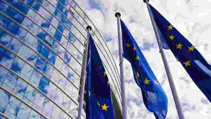 UE anuncia contribuição de €183 mi para programa do FMI de ajuda a países pobres - Bandeira da União Europeia