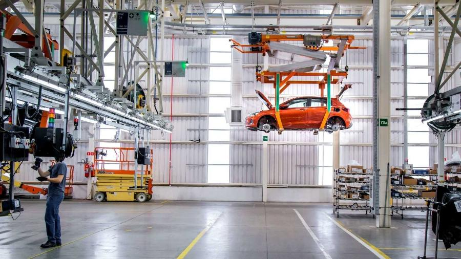 Chevrolet Onix voltou a ser produzido, mas variante delta ainda ameaça fabricação de carros zero km - Foto: Chevrolet   Divulgação