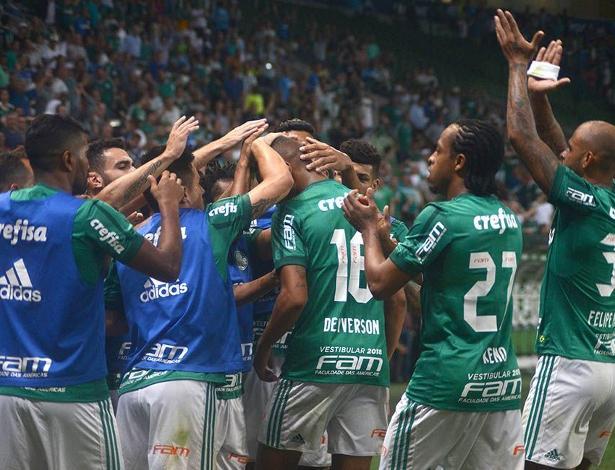 Jogadores do Palmeiras pedem aplausos para Deyverson após ele marcar gol - Antônio Cícero/PhotoPress/Estadão Conteúdo