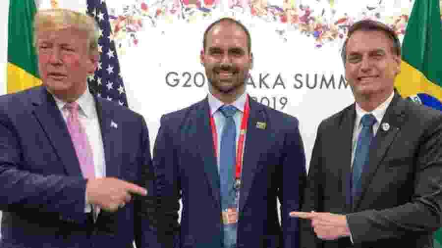 Trump e Bolsonaro apontam para Eduardo durante encontro do G20 no Japão em julho, em foto publicada pelo deputado em seu Instagram -