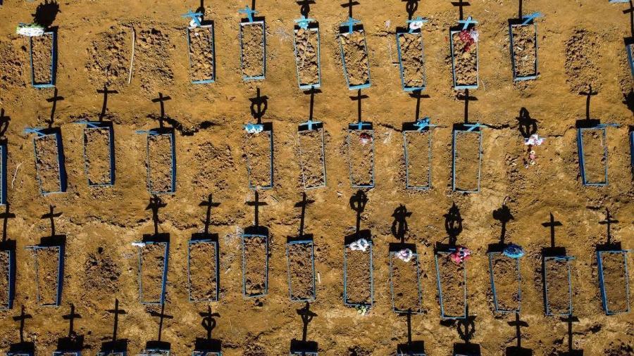 Cemitério preparado para receber novos corpos de vítimas da covid-19 - MICHAEL DANTAS/AFP