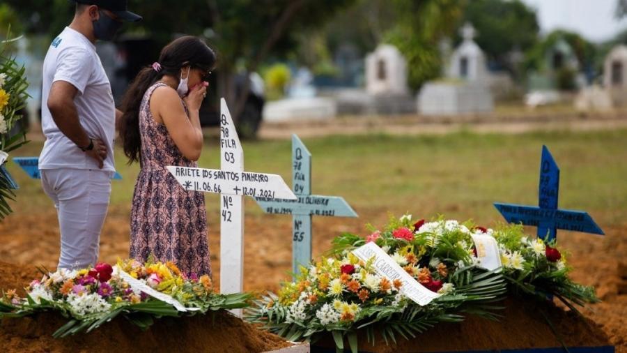 Parentes assistem a funeral de vítimas da covid-19 no cemitério Nossa Senhora Aparecida em Manaus, Amazonas                              - MICHAEL DANTAS / AFP