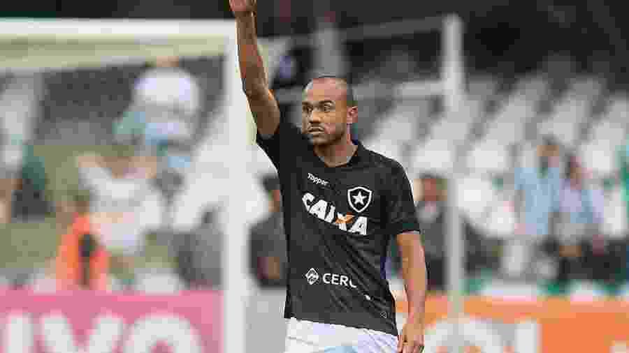 Roger tem contrato com o Botafogo até o final do ano, mas já foi anunciado pelo Inter - Giuliano Gomes/Estadão Conteúdo
