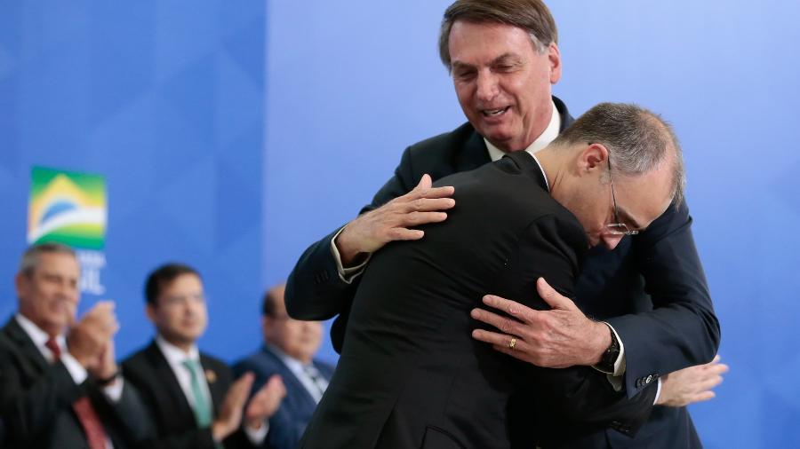André Mendonça abraça Jair Bolsonaro durante sua posse como Ministro da Justiça, em abril de 2020  - Carolina Antunes/PR