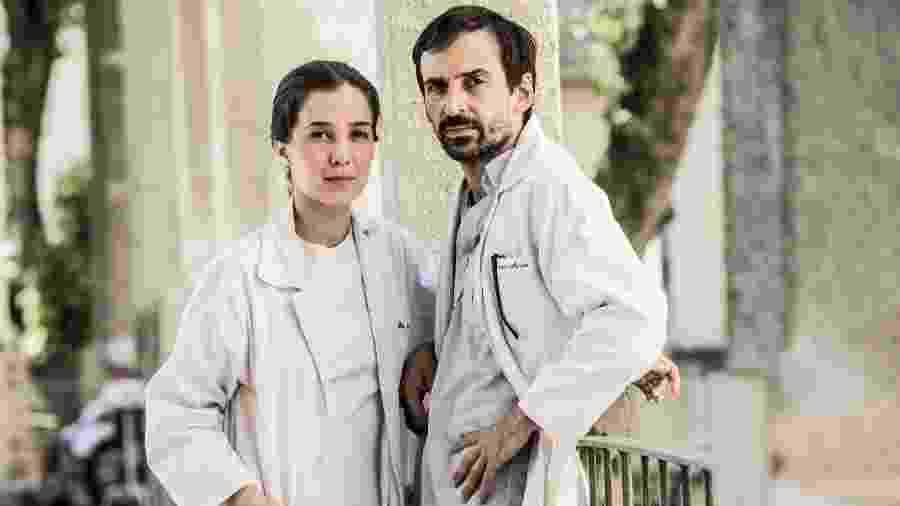 """Evandro (Julio Andrade) e Carolina (Marjorie Estiano) de """"Sob Pressão"""", que volta em 2021 - Divulgação/Globo"""
