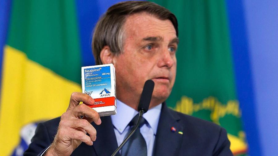 Bolsonaro mostra uma caixinha de Hidroxicloroquina   - Carolina Antunes/PR