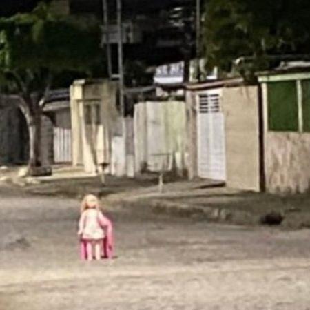 Boneca colocada no meio da rua - Divulgação/Twitter/Matheus Fatta