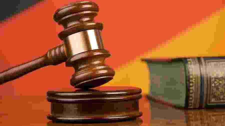 Desembargadora e juíza do TRT da Bahia são investigada por venda de decisões judiciais; propina chegaria a R$ 250 mil - Martelo de justiça e bandeira da Alemanha