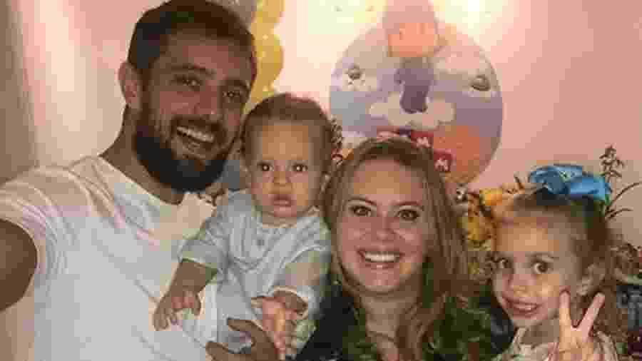Rafael Cardoso, Mariana Bridi e suas duas filhas - Reprodução/ Instagram