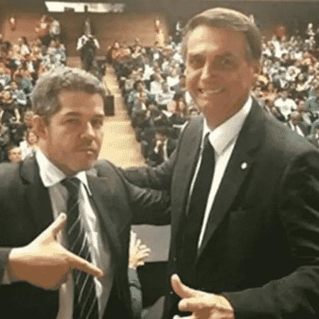 Delegado Waldir e o presidente Jair Bolsonaro posam para foto simulando armas - Reprodução