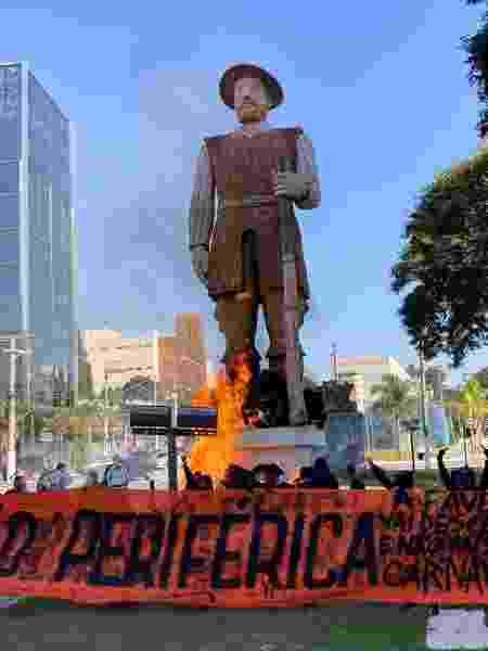 A estátua do bandeirante Borba Gato, em São Paulo, é incendiada em protesto - GABRIEL SCHLICKMANN/ISHOOT/ESTADÃO CONTEÚDO - GABRIEL SCHLICKMANN/ISHOOT/ESTADÃO CONTEÚDO