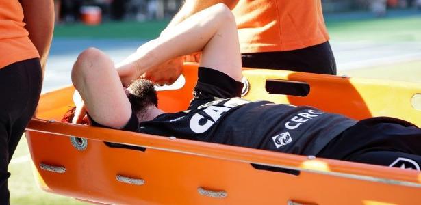 João Paulo lamenta ao sair de maca; perna quebrada chocou no clássico de domingo