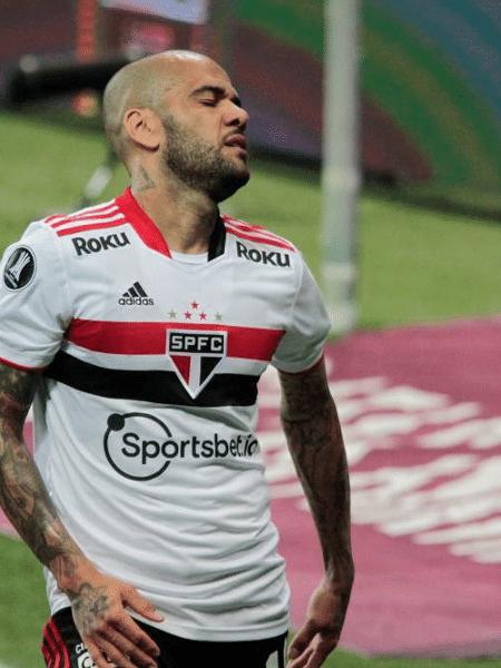 Daniel Alves em ação pelo São Paulo: lateral está fora do Tricolor - Vinicius Nunes/Agência F8/Folhapress