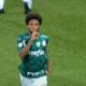 Luiz Adriano leva advertência do Palmeiras após gesto de silêncio à torcida