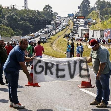 Greve dos caminhoneiros paralisou o país em maio de 2018 - AFP PHOTO / Miguel Schincariol