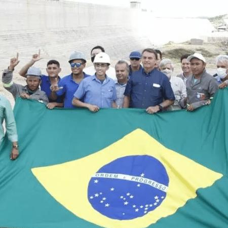 Trabalhadores fazem gesto com a mão em foto com Bolsonaro - Twitter