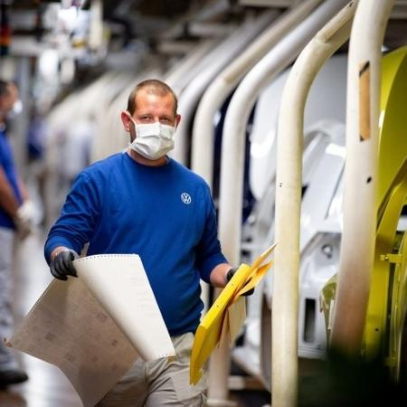 Deslocamento da demanda de serviços para bens ajuda na recuperação da indústria -