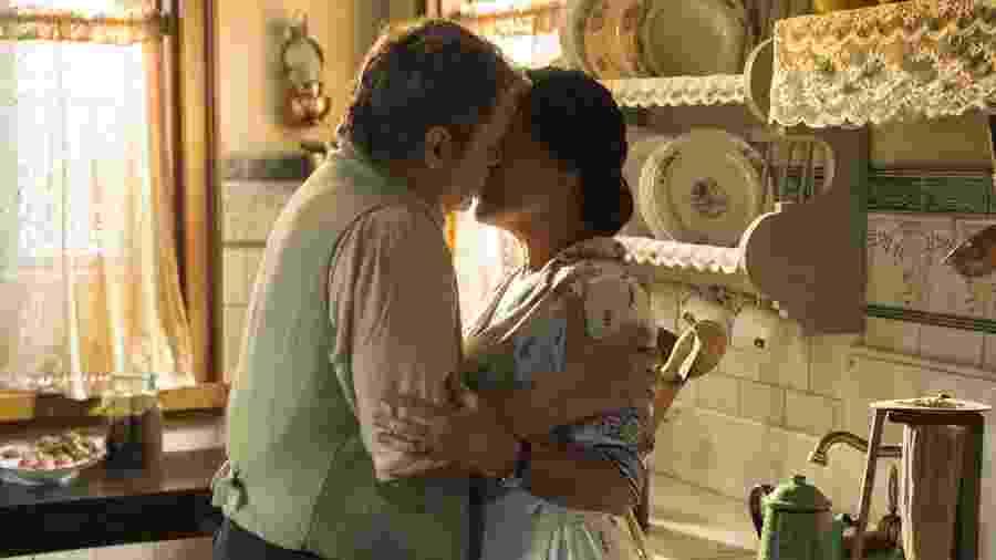 Afonso (Cássio Gabus Mendes) beija Lola (Gloria Pires) em Éramos Seis (Divulgação/ TV Globo) - Reprodução / Internet