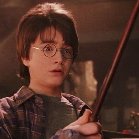 Daniel Radcliffe em Harry Potter e a A Pedra Filosofal (2001); ator destacou que, apesar de não gostar de seu trabalho em parte da franquia, é grato pelo papel  - Warner Bros. Pictures