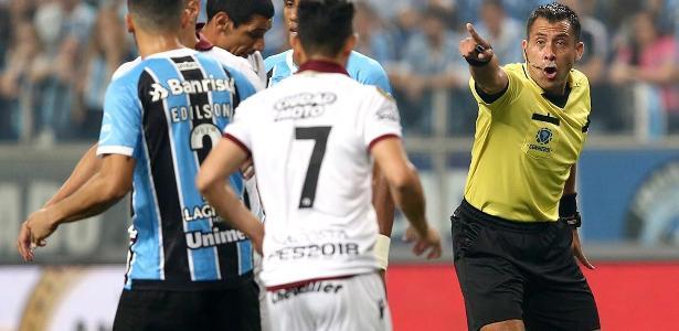 Árbitro chileno Júlio Bascuñan é alvo de reclamações do Grêmio, que vai à Conmebol