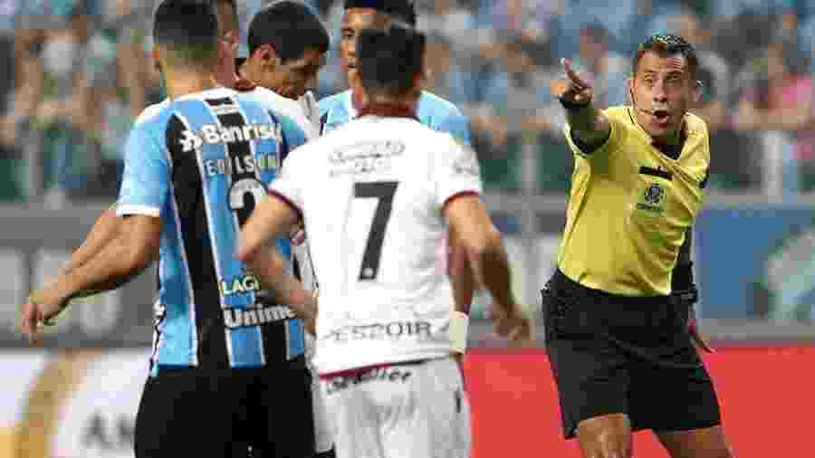 Árbitro chileno Júlio Bascuñan é alvo de reclamações do Grêmio, que vai à Conmebol - Pedro H. Tesch/Eleven/Estadão Conteúdo