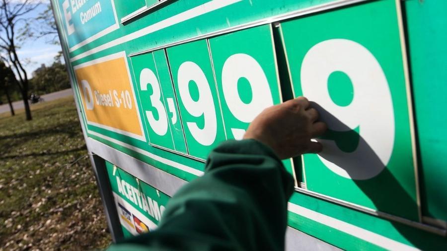 Funcionário altera preço do diesel em posto de gasolina / Foto: Marcelo Camargo/Agência Brasil - Marcelo Camargo/Agência Brasil