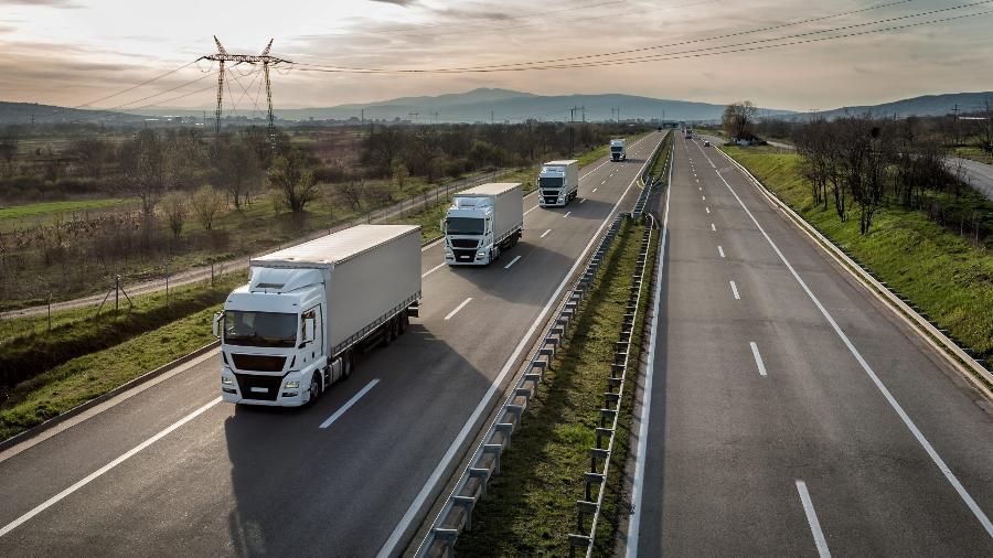 Enquanto o número de motoristas profissionais diminui, o fluxo de veículos pesados nas estradas cresce - Shutterstock