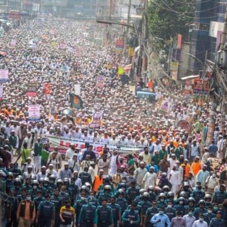 Mais de 40.000 pessoas participaram da mobilização contra Macron, em Bangladesh - Divulgação / Twitter