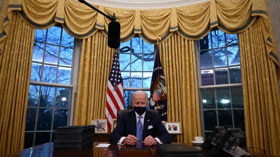 Biden rompe aliança liderada pela gestão Trump que, junto a líderes de extrema-direita, articulava o abafamento de discussões sobre direito ao aborto e saúde reprodutiva das mulheres -                                 Jim WATSON / AFP