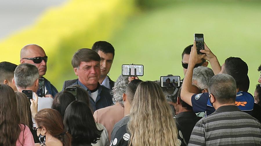 Jair Bolsonaro conversa com devotos no cercadinho Palácio da Alvorada, em Brasília: medo das urnas e dos tribunais - Dida Sampaio/Estadão Conteúdo