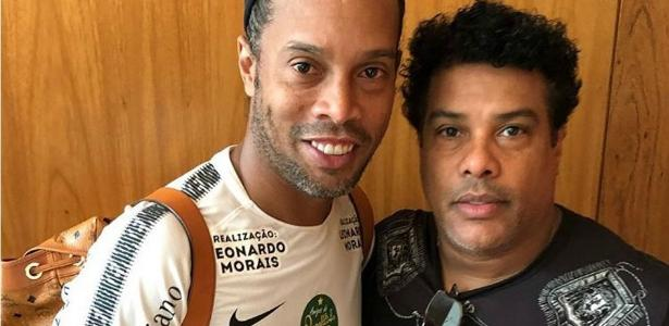Ronaldinho Gaúcho ao lado do irmão e empresário, Assis