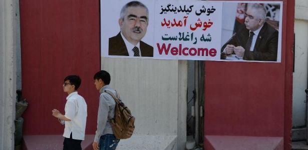 Dostum, que é acusado de violações dos direitos humanos no Afeganistão e se encontrava na Turquia desde maio de 2017, foi recebido como uma celebridade. - NOORULLAH SHIRZADA / AFP