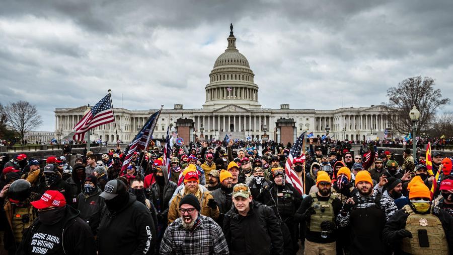 Estudante e bombeiro aposentado são indiciados por invasão ao Congresso dos EUA - Imagem: Jon Cherry/Stringer (Getty Images)