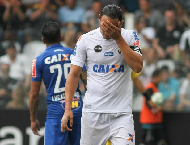 Ricardo Oliveira tem a pior média de gols entre os centroavantes do Santos em 2017