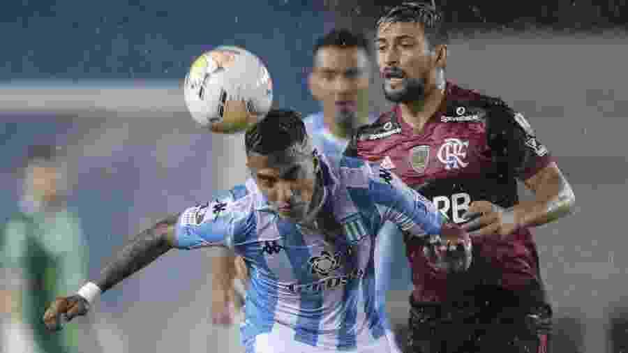No primeiro jogo, Flamengo empatou com o Racing pela Libertadores debaixo de muita chuva em Avellaneda                              - JUAN IGNACIO RONCORONI/AFP