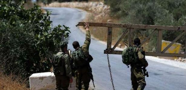 Soldados israelenses na entrada da vila Deir Abu Mashal, na Cisjordânia - Foto: AFP/Arquivos