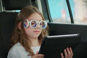 Fica enjoado quando lê no carro? Estes óculos foram feitos para você