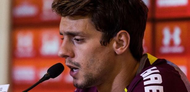 Rodrigo Caio durante entrevista coletiva do SP; elenco se queixou de falta de privacidade