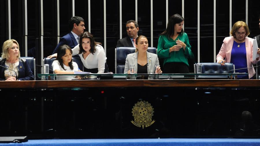 Mesa do Senado é ocupada por senadoras em sessão que analisou propostas relacionadas a direitos das mulheres -  Jonas Pereira/Agência Senado