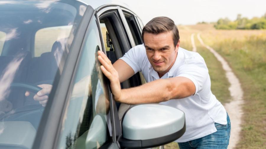 Se a bateria arriar, dá para fazer até carro automático pegar no tranco, mas os riscos de danos graves são elevados - Shutterstock