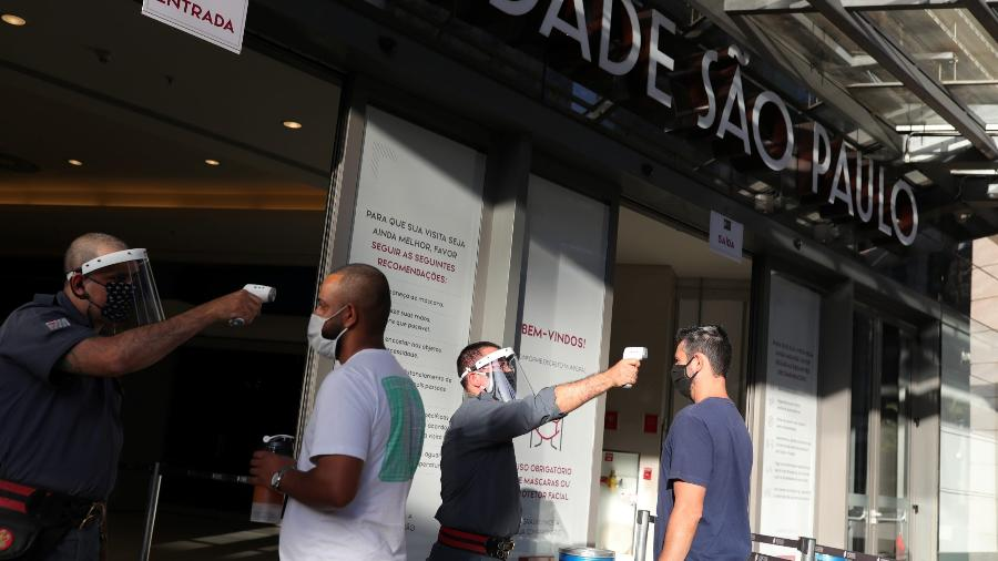 Funcionários medem temperaturas de clientes em shopping de São Paulo; entidades do setor comemoraram resultado de flexibilização  - Amanda Perobelli/Reuters