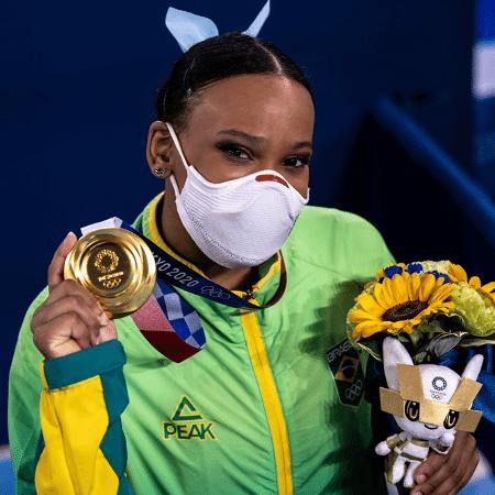 Rebeca Andrade exibe medalha de ouro conquistada no salto - Míriam Jeske/COB
