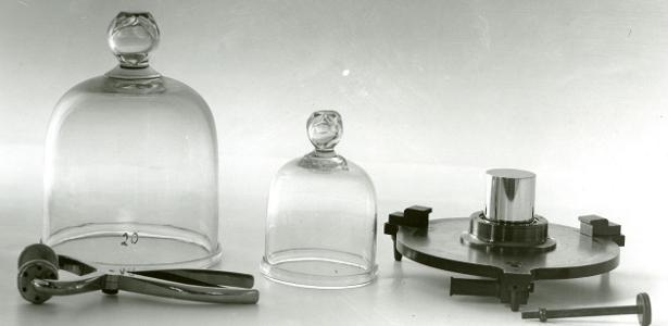 Atualmente, o quilo tem como referência internacional um pedaço de platina-irídio armazenado em Paris desde 1889