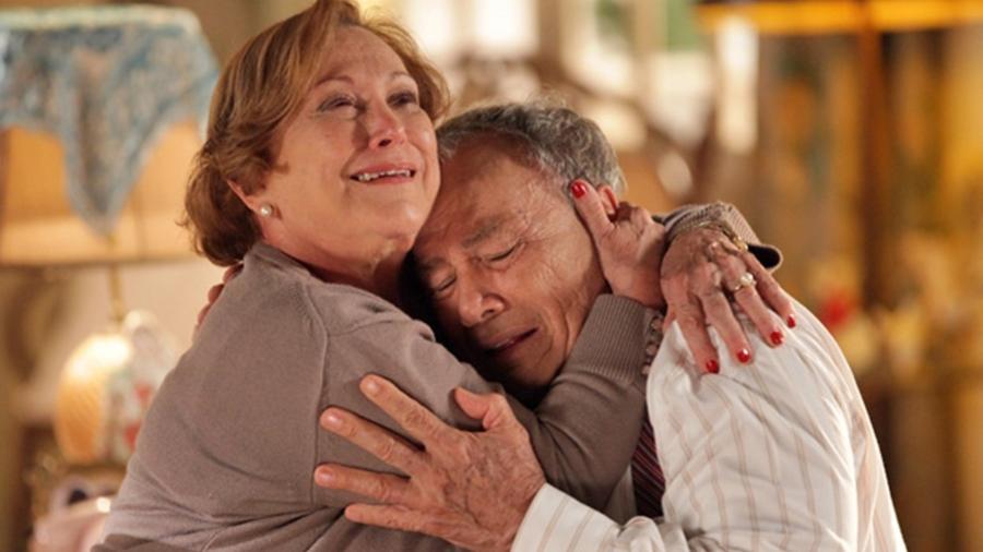 Iná fica impactada ao descobrir que Laudelino está doente (Foto: A Vida da Gente/TV Globo) - Reprodução / Internet