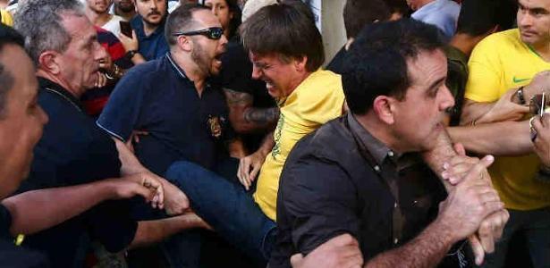 06.set.2018 - Bolsonaro é socorrido após ser esfaqueado em campanha em Juiz de Fora