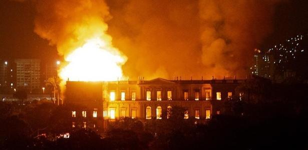 Um incêndio maciço engole o Museu Nacional do Rio de Janeiro, um dos mais antigos do Brasil (AFP PHOTO / STR)